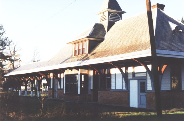 Cambridge station as seen from the track side, 1996. No fancy attic windows here. Plain ordinary double-hung sash.