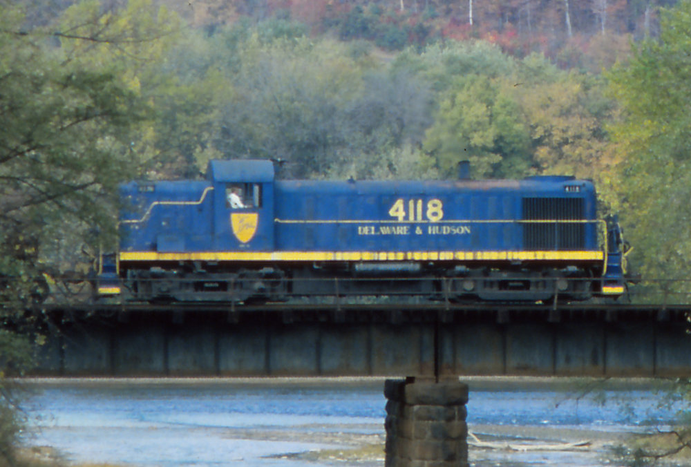 D&H RS-3 #4118 crosses an unknown bridge on October 20, 1980.  Reuben S. Brouse photo, The Garbely Publishing Company collection