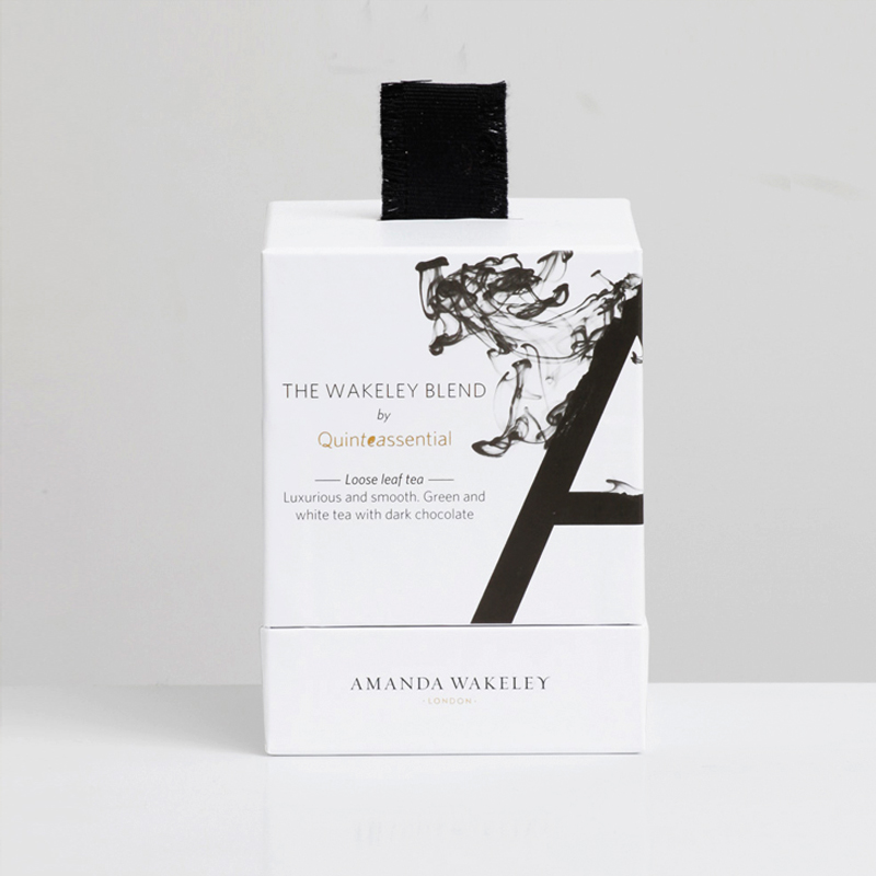- With its distinctly clean and fresh flavour symbolising the uncluttered AW aesthetic, Quinteassential aims to create the essence of Amanda Wakeley's persona through tea leaves, taking inspiration from her lifestyle, likes and dislikes.Marrying two of Amanda's favorite flavours – the light, clean taste of green and white tea with the intensity of dark chocolate. The blend is carefully designed and created to appeal to AW's core audience.The energizing properties of green tea and anti-oxidising effect of white tea stimulate radiance inside and outside to promote healthy skin whilst chocolate notes satisfy cravings without the usual guilt.