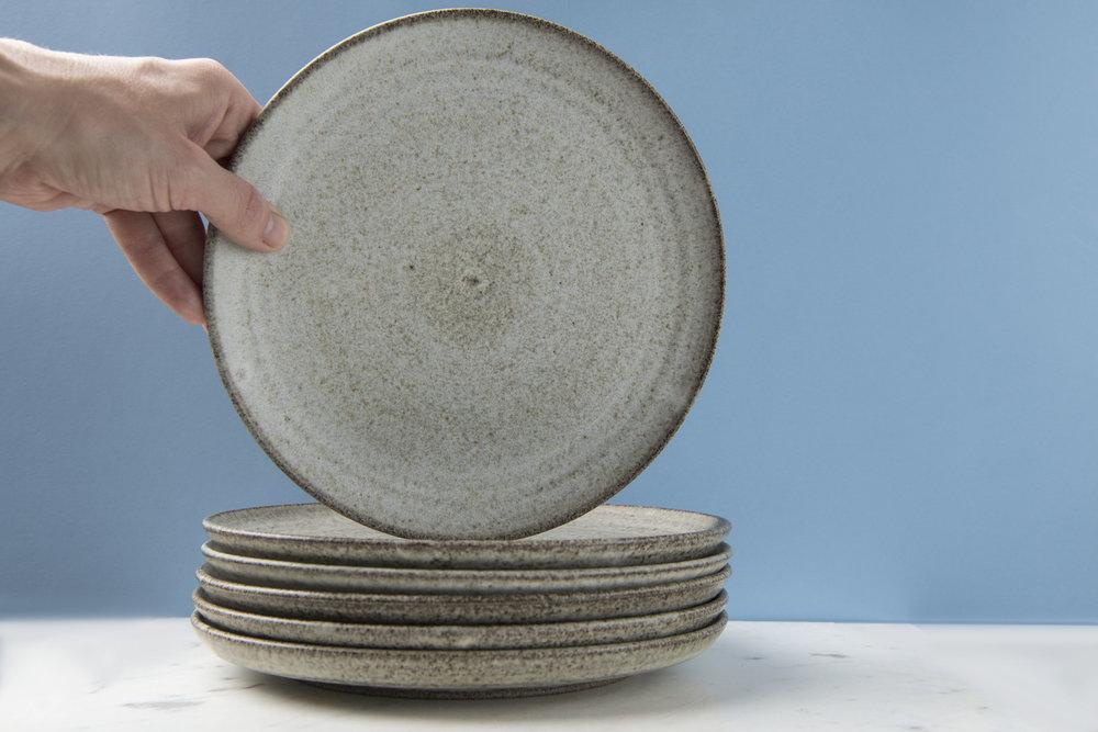 Hånddrejede tallerkener i grå eller hvid stentøjsler