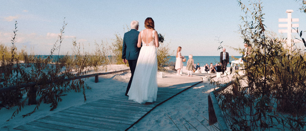 KAROLINA & JACEK CINEMATIC WEDDING FILM - Osobiście my po prostu uwielbiamy ceremonie ślubne w plenerze, i tak się wydarzyło na weselu Karoliny i Jacka, którzy śmiało zdecydowali się na wrześniowy plenerowy ślub nad polskim Bałtykiem.