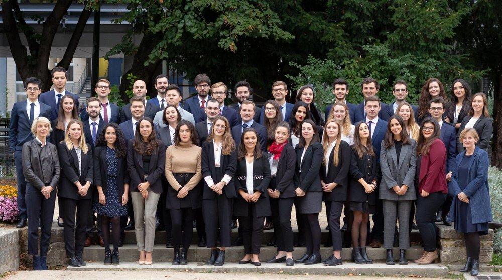 La promotion 2018-2019 du Master 2 Droit européen et international des affaires (Master 240) de l'Université Paris-Dauphine, accompagnée de ses directrices Sophie Lemaire et Hélène Tissandier.