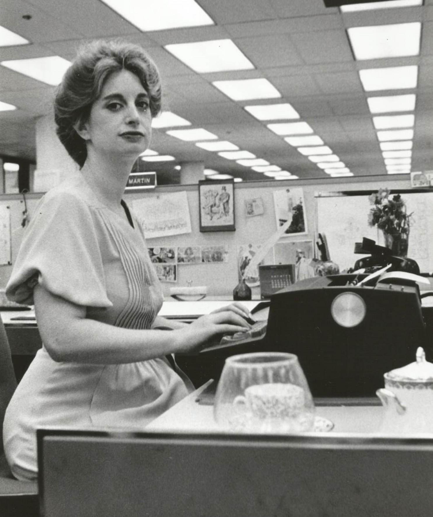 Η Miss Manners, επί το έργον, καθώς γράφει τη στήλη της στην Washington Post