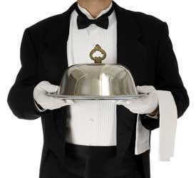 Φράκο, ασημένιος δίσκος, γάντι και πετσέτα στρατηγικά τοποθετημένη.