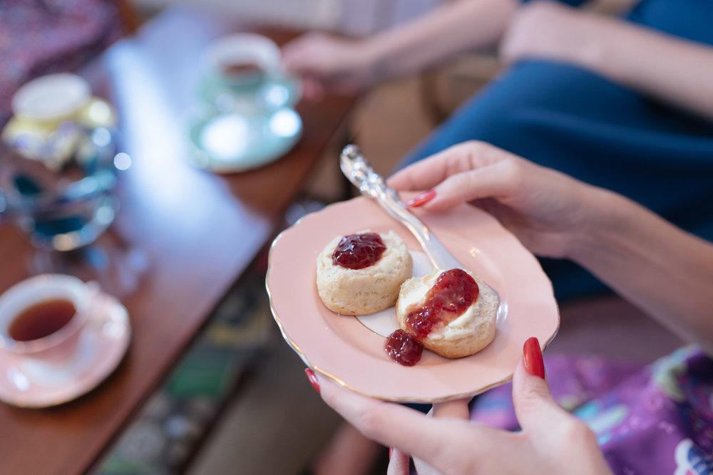 Scones, loaf cakes & μπισκότα - Φρεσκοψημένα ψωμάκια scones με clotted cream& μαρμελάδα φρούτων του δάσουςBanana bread με streusel ξηρών καρπώνΚέικ καρότου με cream cheese frostingΒουτυράτα μπισκότα linzer με lemon curdMαντλέν με επικάλυψη λευκής σοκολάτας & πορτοκάλι
