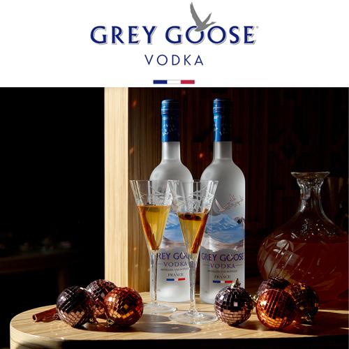 Grey Goose Vodka - Η ραφινάτη γεύση αυτή της γαλλικής βότκας που παρασκευάζεται από τα καλύτερης ποιότητας σιτάρια του Picardy, αλλά και η υψηλής αισθητικής φιάλη της είναι δύο από τους λόγους για τους οποίους η Madame Gâteaux λατρεύει την Grey Goose. Σε ένα lifestyle χριστουγεννιάτικο post σερβίραμε mulled Grey Goose με αρωματικά μπαχαρικά, σε vintage κρυστάλλινα κολωνάτα ποτήρια.