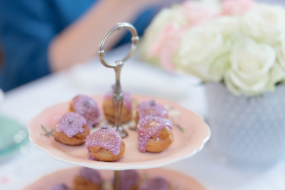 Γλυκίσματα & Petit Fours - Τάρτα λεμονιού με μαρέγκαΤάρτα σοκολάτας με καραμελωμένο φουντούκιMini choux με γεύση βιολέταΜακαρόν με λευκή σοκολάτα & τριαντάφυλλοΣοκολατένια crème brûléeΜπράουνι με μακαντέμια & αλατισμένη καραμέλαCheesecake βανίλιας New York style