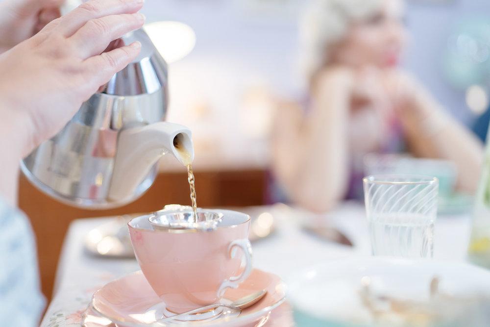 Earl Grey - Ο βασιλιάς του afternoon tea: ένα από τα ωραιότερα είδη μαύρου τσαγιού, εμποτισμένο με περγαμόντο και αναμφισβήτητα ένα από τα πιο δημοφιλή ροφήματα στον κόσμο. Απολαύστε το με μια φέτα λεμόνι για να συλλάβετε τις νότες των εσπεριδοειδών. Συνοδεύσετε το απογευματινό σας Earl Grey με κρεμώδη επιδόρπια και τάρτες.