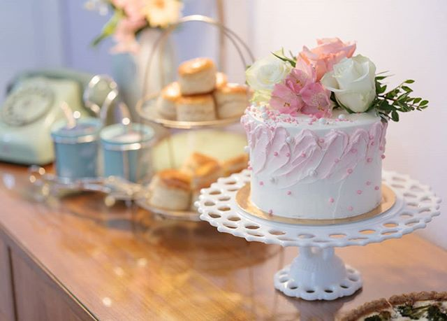 🍰☕Make your afternoon tea extra special with a custom-made cake decorated with real flowers!💐 Find our afternoon tea packages on our website and book now! (link in bio) 📸 Phtoto @thodorismarkou #customdesserts #customevents #buttercreamcake #roses #pink #girlythings #vintagelove