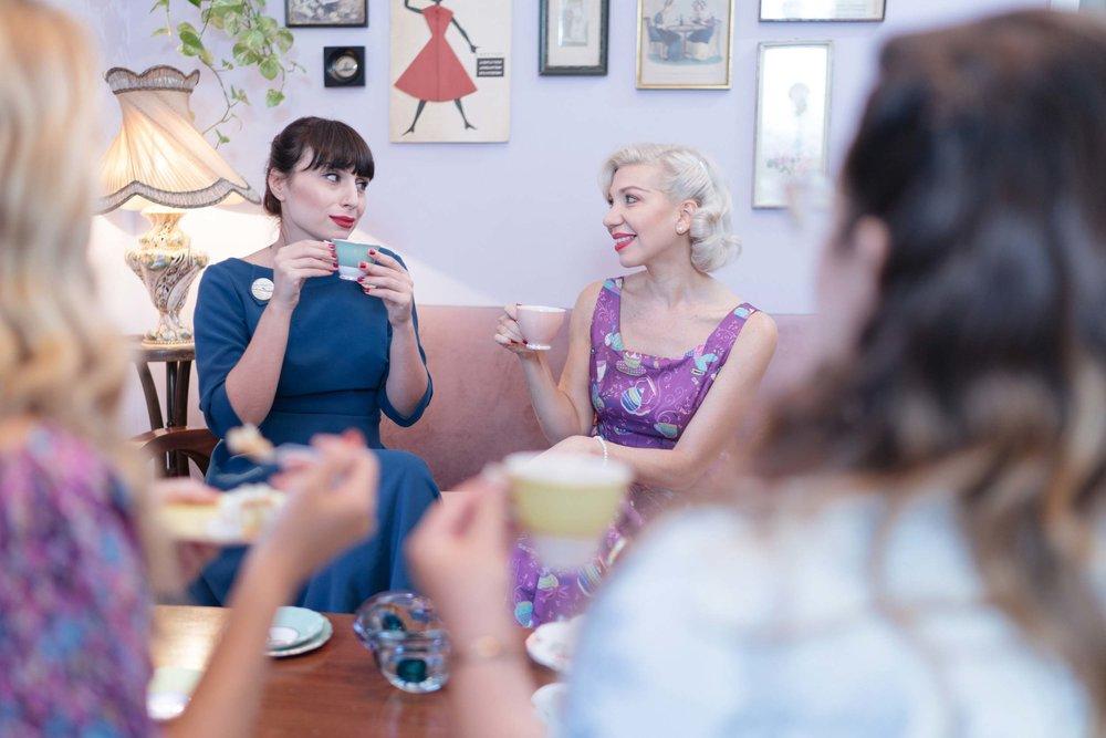 Ο χώρος μας - To tearoom της Madame Gâteaux είναι ένας χώρος διακοσμημένος σε vintage mid-century στυλ με feminine χαρακτήρα, τον οποίο μπορείτε να κλείσετε για ένα private afternoon tea. Ο χώρος μπορεί να φιλοξενήσει 4 ως 6 άτομα τον χειμώνα και 4 ως 10 άτομα το καλοκαίρι.