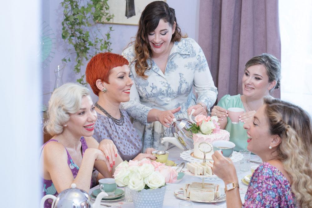 Η τραπεζαρία - Το τραπέζι μας μπορεί να φιλοξενήσει 4 ως 6 άτομα τους χειμερινούς μήνες. Καθίστε στις αναπαυτικές βελούδινες καρέκλες του και απολαύστε το afternoon tea που θα σας σερβίρει η Madame Gâteaux.