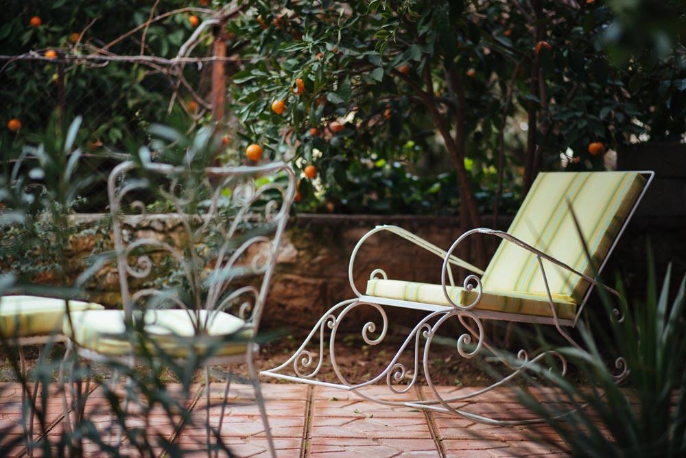 Ο κήπος μας - Την άνοιξη, το καλοκαίρι και όποτε άλλοτε ο καιρός το επιτρέπει, μπορείτε να απολαύσετε το afternoon tea σας στον καταπράσινο κήπο της Madame Gâteaux. Εδώ μπορούμε να φιλοξενήσουμε από 4 ως 10 άτομα στα δύο μεγάλα φερ φορζέ τραπέζια μας. Καθίστε αναπαυτικά κάτω από τις μανταρινιές μας, περιτριγυρισμένοι από αρωματικές λεβάντες και πολύχρωμες βουκαμβίλιες και πικροδάφνες.