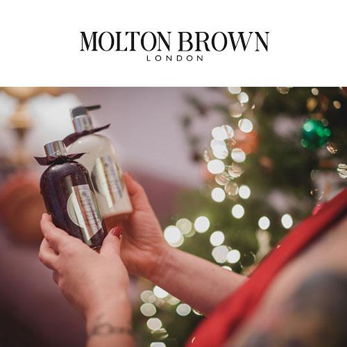 Molton Brown - Τα εθιστικά, θηλυκά αρώματα και η διαχρονική κομψότητα των συσκευασιών της Molton Brown δεν θα μπορούσαν να λείπουν από την εορταστική φωτογράφισή μας - ήρθαν και ταίριαξαν υπέροχα ως τα χριστουγεννιάτικα δώρα κάτω από το δέντρο μας!
