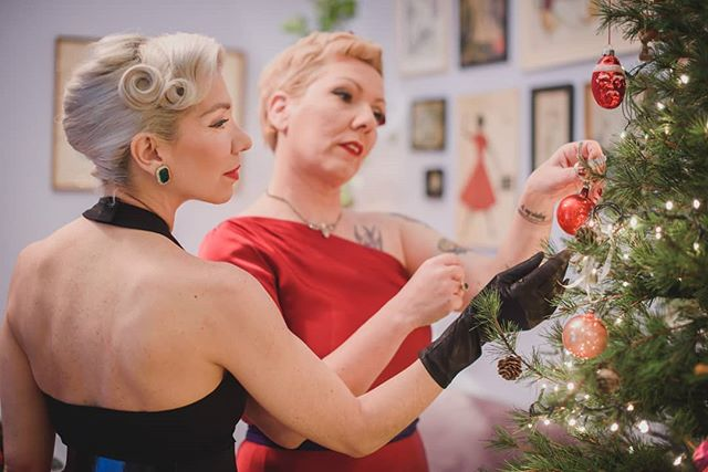 😍 My 2 favourite vintage gurus, @lacocotteathens and @ariettita came to the ☕Tearoom and we had some proper girly Christmas fun! ✔️Our evening had it all: decorating the tree🎄 with vintage ornaments, 🎁exchanging Xmas gifts by @moltonbrown, 🍸drinking #bosfordgin and eating my pink #KitKatruby 🍰chocolate cake! 👉Find the photos and recipes on the blog (link in bio) #vintagelove #xmas #festive #KitKatruby @kitkatgreece 📸 Photo by @kon_tzemis