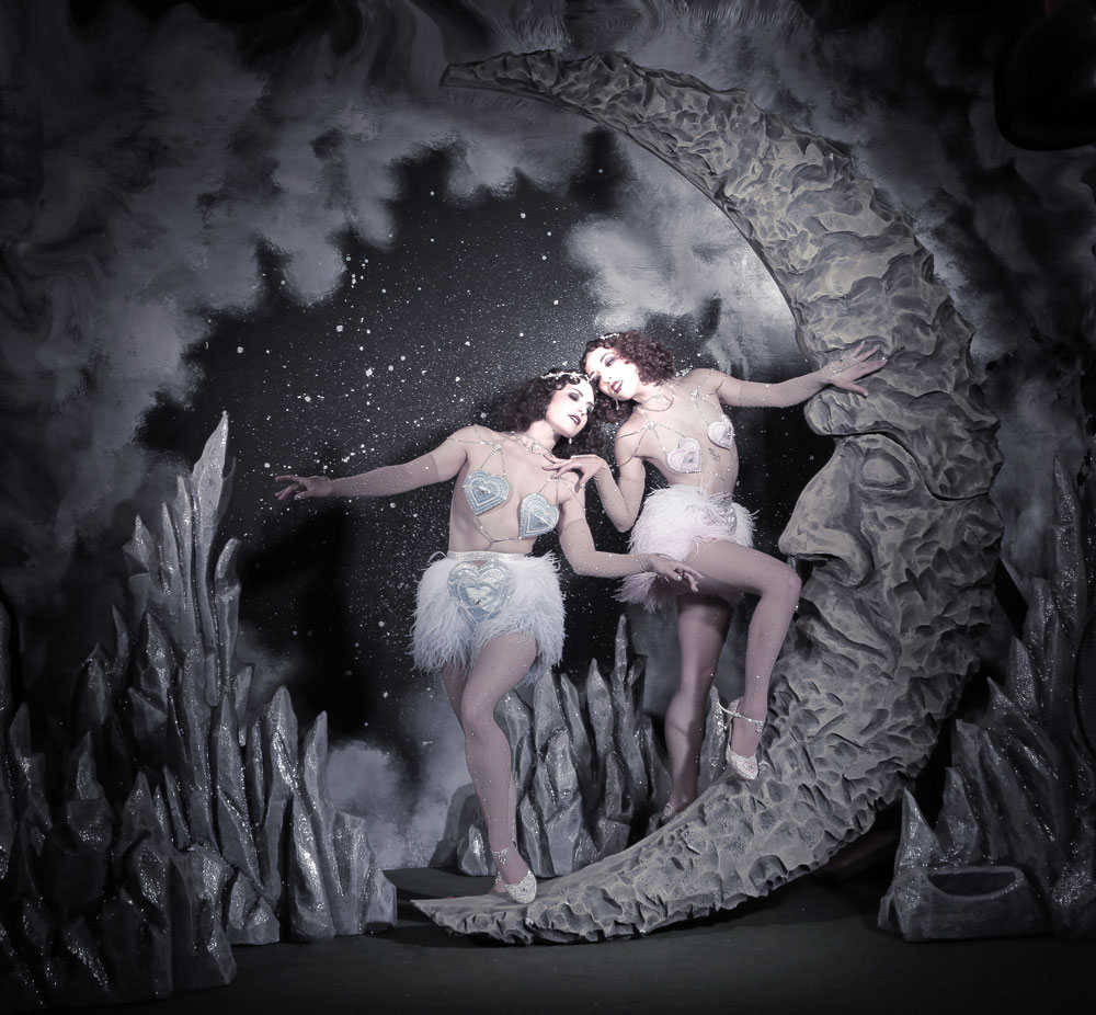 """Κοστούμια για το νούμερο του ντουέτου The Whoopees """"Match Made In Heaven"""". Τα εσώρουχα είναι φτιαγμένα με αυθεντικά πούπουλα στρουθοκαμήλου.  Φωτογραφία: Neil Nez Kendall"""