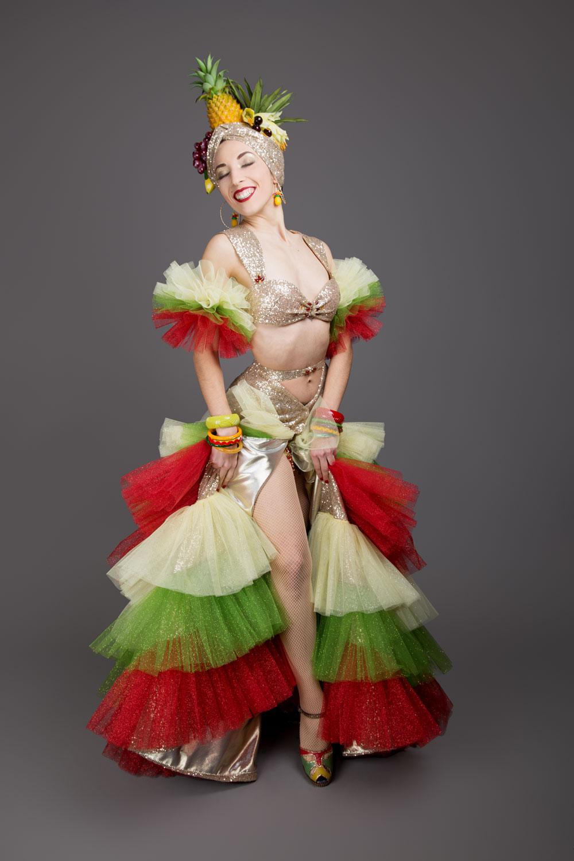 """Κοστούμι για το νούμερο """"Mambomania"""", εμπνευσμένο από τα κοστούμια μάμπο του '40 από μιούζικαλ της εποχής και κυρίως τα κοστούμια της Κάρμεν Μιράντα. Αυτό το κοστούμι χρειάστηκε 40 μέτρα τούλι!  Φωτογραφία: Camille Collin Photographe"""