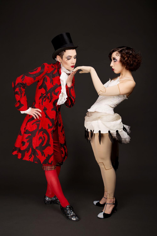 """Ντουέτο """"Edith & Marcelle"""", νούμερο """"The Bride of Edistein"""". Το κοστούμι της Σελίν κατασκευάστηκε πάνω σε ένα πατρόν από μπαλέτο της Όπερας του Παρισιού, ενώ το κοστούμι της Σανέλ είναι αυθεντικό κοστούμι μπαλέτου της Όπερας του Παρισιού. Στο νούμερο αυτό, αφηγούνται την ιστορία ενός μάγου και της μαριονέτας του.  Φωτογραφία: Camille Collin Photographe"""
