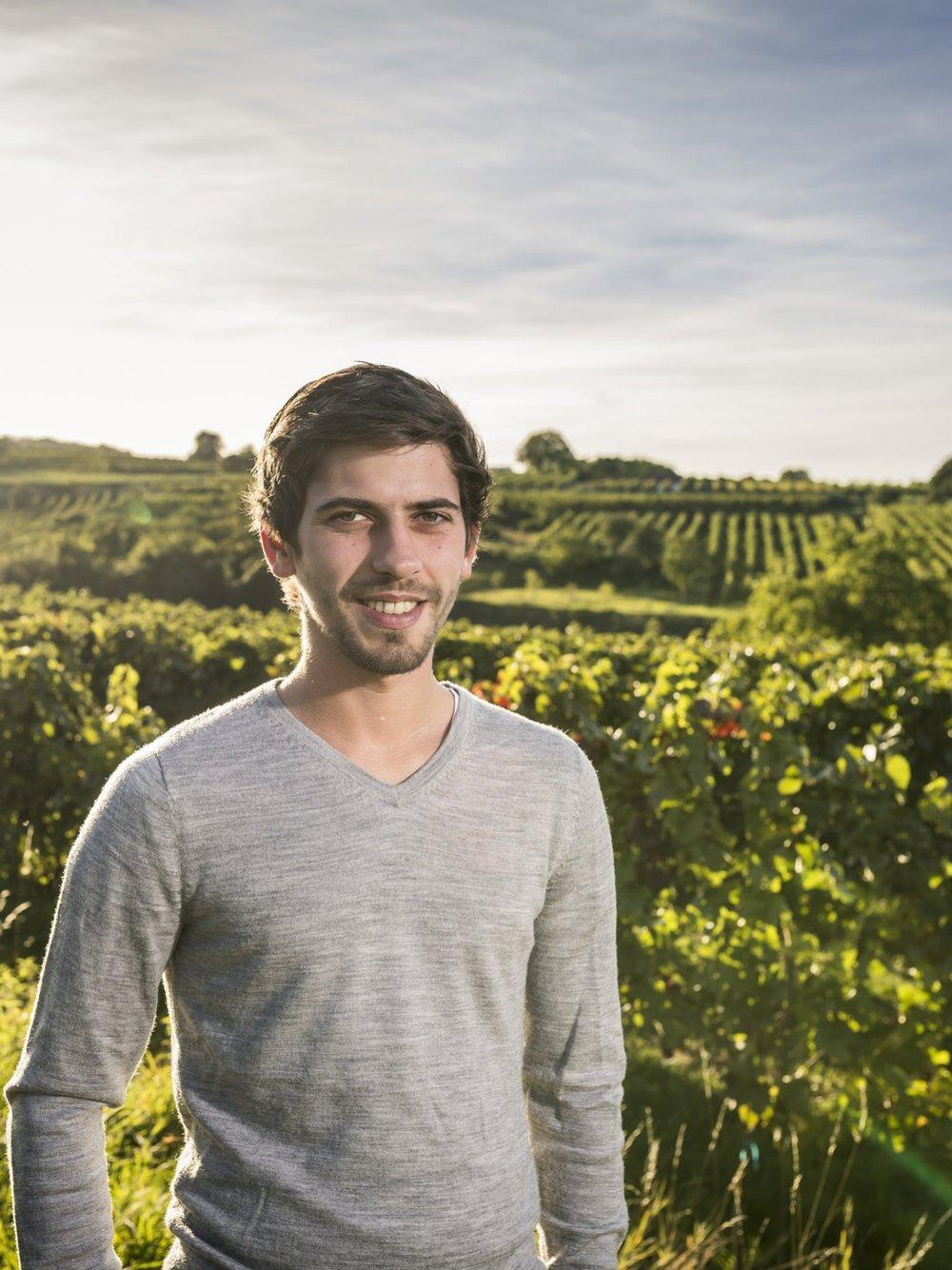 Martin - Martin hat viele Erfahrungen in den USA gesammelt. Er ist ebenfalls als Kellermeister tätig. Er unterstützt den heimischen Betrieb mit seinem Knowhow in den Weingärten, da er die Arbeit in der Natur sehr schätzt.