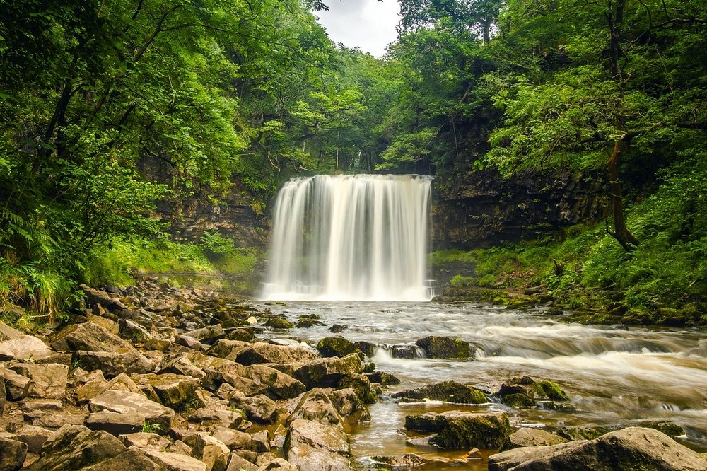 waterfall-2090886_1280.jpg