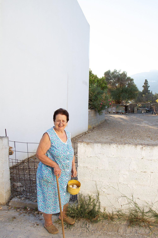 margherita-picking-eggs_allegra-pomilio
