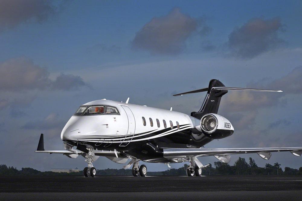 Challenger_CL300_Jet_N39ER_516_x_exterior_front-3mb.jpg