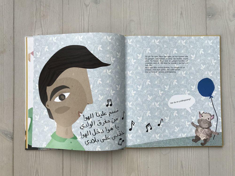 Far har libanesisk baggrund - Nour sidder inde på sit værelse og lytter til far, der nynner en sang af den libanesiske folkesangerinde Fayrouz. Tegningen kunne have været af Nour, men fordi mange danske børn med anden etnisk baggrund tit skal forsvare, hvor de er fra, selvom de er født og opvokset i Danmark, skulle det ikke være en tegning af Nour, men af far. Det er ham, der er fra Libanon. Den sang, far synger, hedder: 'Nassam Alayna al Hawa'. Sangen blev jeg undervist i, af min sproglærer Wafa i Libanon, som mente, at man lærte sproget bedst ved sang. Det er en smuk sang, som er endnu smukkere, når den står skrevet med arabiske bogstaver. Udover at den er smuk, har den også en karakter af genkendelighed for de børn, der har forældre som taler/skriver arabisk. Desuden tror jeg, at arabisk skrift for nogle etnisk danskere kan virke skræmmende, hvis man kun ser det i en terrorkontekst. Derfor er det også med i en børnebog ved siden af en bamse, der holder en blå ballon.