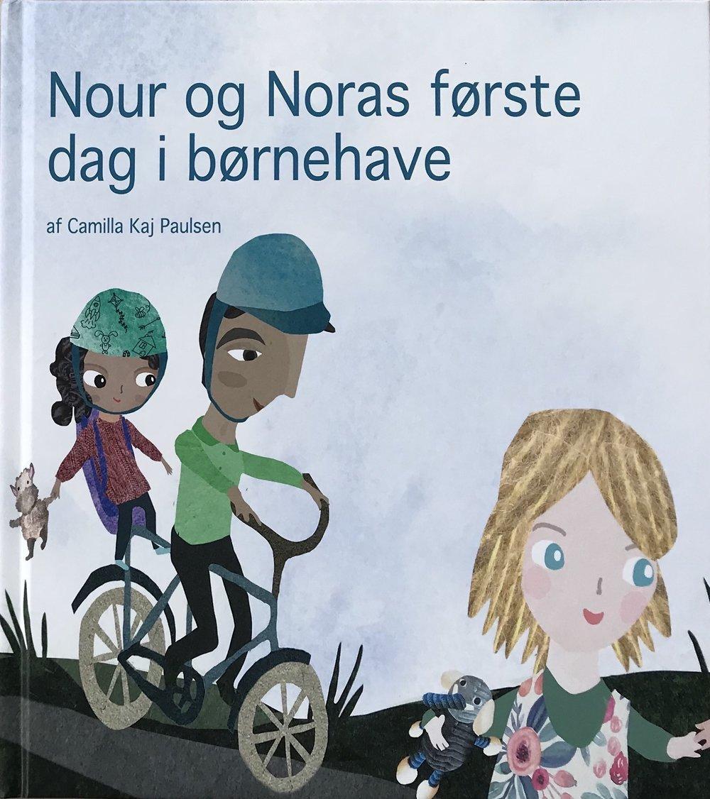 Bogen - Hvilken farve har den hudfarvede tusch? Hvor er de brune dukker? Og er Eid og jul egentlig det samme?Det er nogle af de spørgsmål, som Nour og Nora møder på deres første dag i børnehave.
