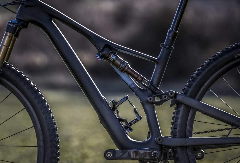 The non-drive side profile shows the single-sided frame a la the Specialized Demo downhill bike. The ST Stumpy frames feature inline shocks, while some standard and Evo versions sport piggybacks.