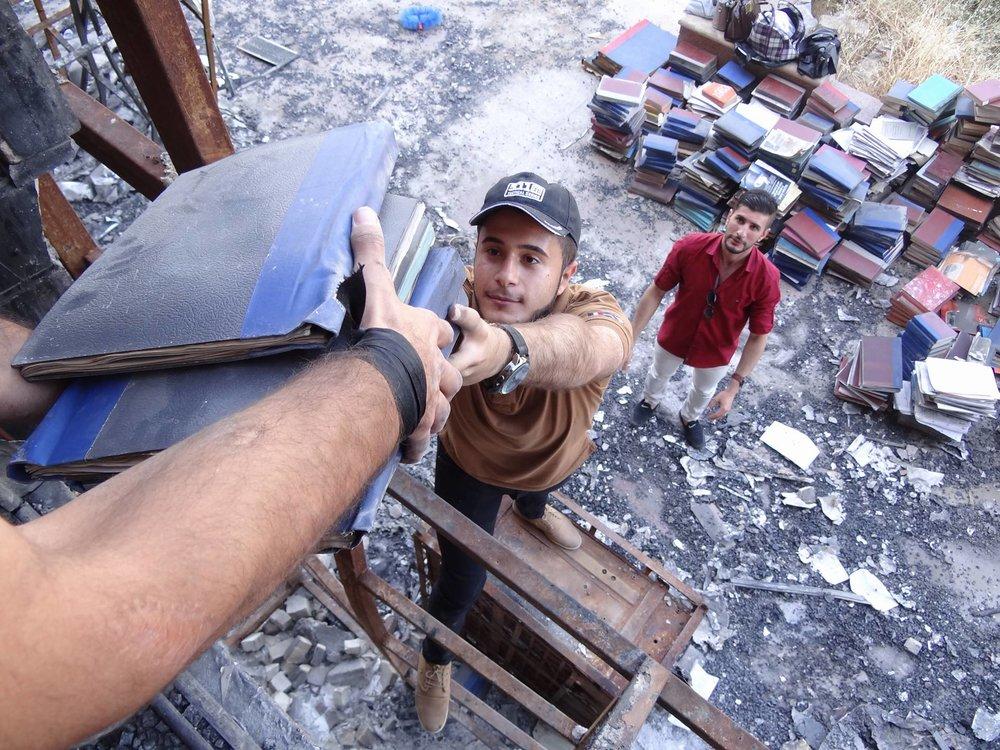 عراقيون يوزعون الكتب