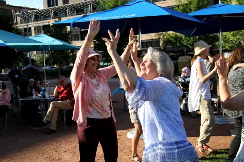 نساء يرقصن