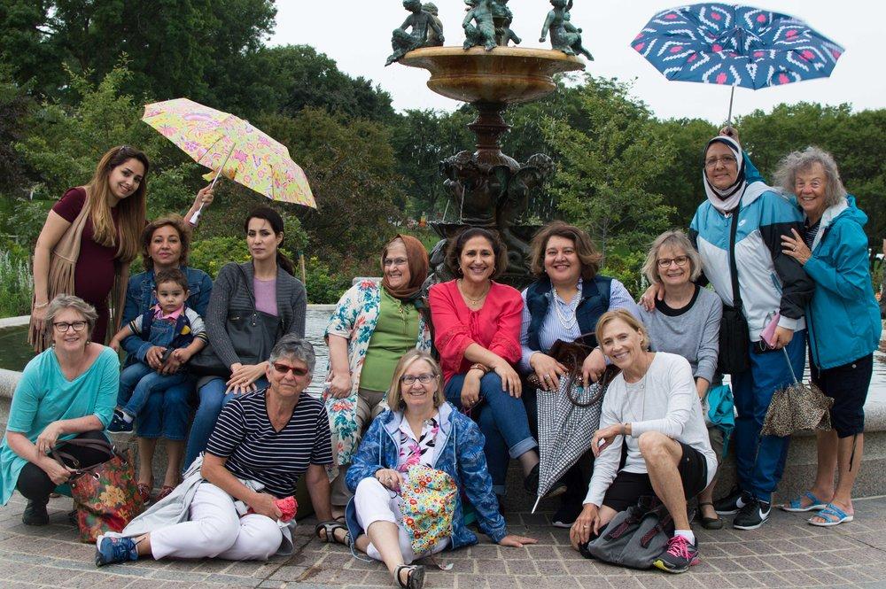مجموعة نساء في المنتزه