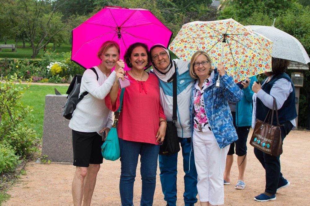 مجموعط نساء في المنتزه