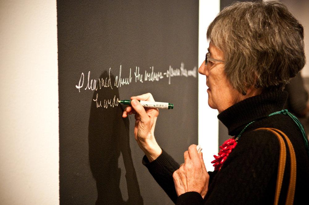 إمرأة تكتب على الصبورة