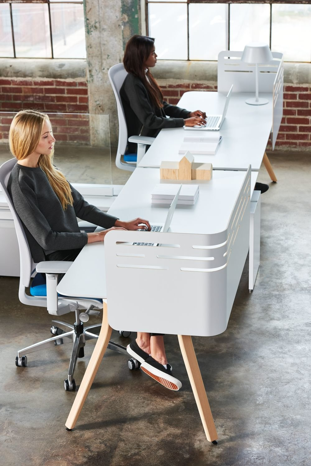 Low-upStage-with-Zones-Corner-Desk-Edge-Screens.jpg