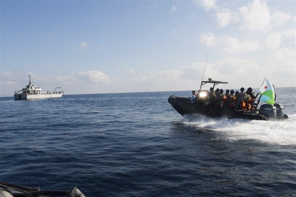 The Djibouti Coast Guard approaches a migrant boat. ( HOA )
