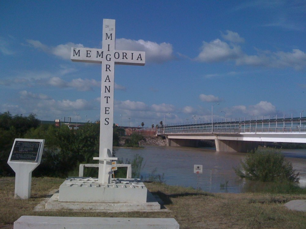 A cross memorial for migrants who have lost their lives stands by the Rio Grande. (Wikimedia Commons)