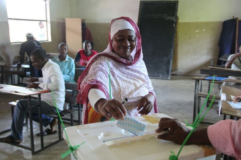 A woman casts her vote in the March 24 election. ( Africa Feeds )