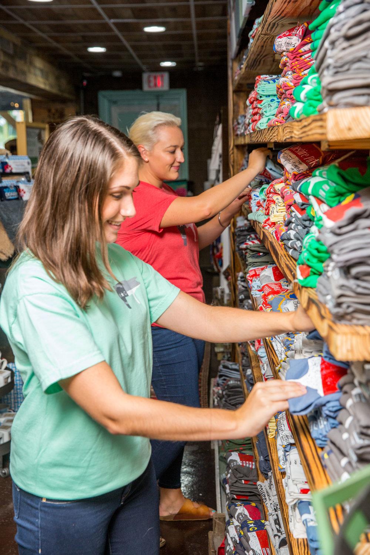 Women_Browsing_Shirts_HFGS-4.jpg