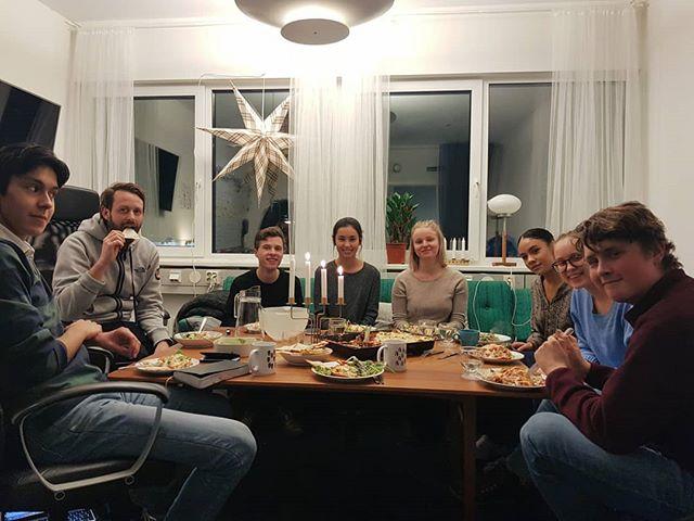 I går kväll hade vi sista diskussionsträffen för terminen! En kväll med god mat och bra samtal med de här fina personerna!