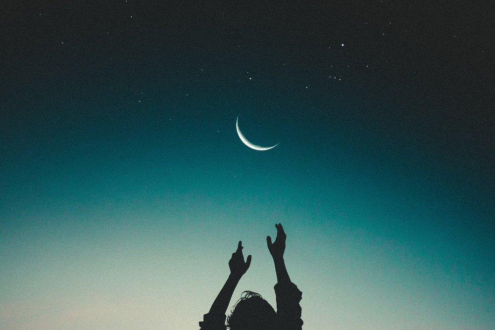 Lunar Arts - Regenerierende und meditative Praktiken des Prana Vinyasa Flow nach Shiva Rea. Geeignet als Weiterbildung für Yogalehrer, Teil der Prana Vinyasa +300 oder 500 Ausbildung oder zum tieferen Eintauchen ins Yoga und meditative Aspekte. Lunar Arts Prana VinyasaTM beinhaltet eine regenerative Praxis, die aus meditativen Prana Vinyasa Namaskars und lunaren Mudrasanas (Asansas als Mudra durch längeres Halten) besteht und damit ein tiefes Eintauchen in die Künste der Meditation, Mantra Sadhana, Mudra Vinyasa und tiefes Shavasana ermöglicht.
