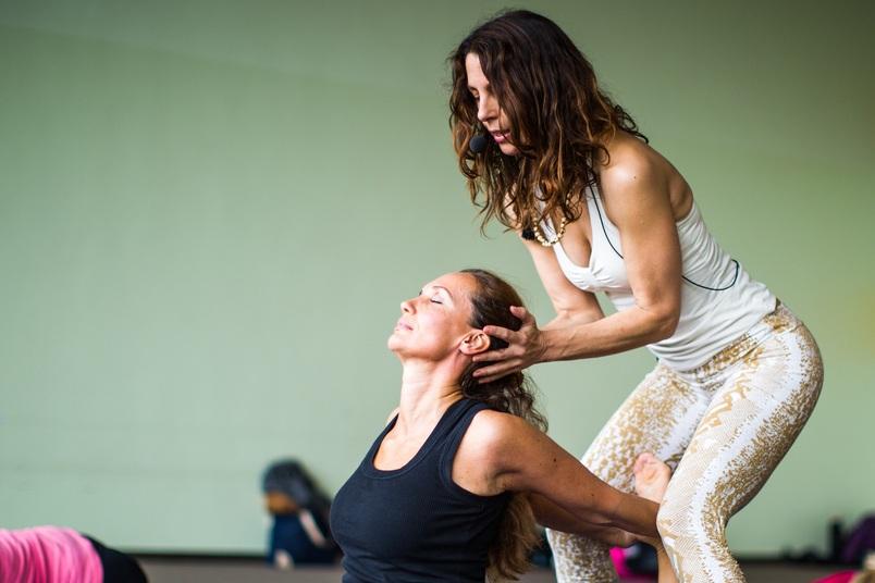 - Unsere Reise führt uns jeden Tag durch eine spezifische Chakra Prana Vinyasa Sequenz mit integrierten Chakra Mandala Namaskars, circulärem Sequencing, Chakra-basierten Meditationen, Mantra, Mudra und Yoga Nidra (Yogischer Schlaf), um unser System zu befreien und zu balancieren. Prana Vinyasa Bewegungsmeditationen unterstützen den Prozess der Erforschung und der Verkörperung der erlernten Praktiken. Auf dieser praktisch-orientierten und inspirierten Reise durch unseren yogischen Körper und das energetische Chakra System entwickeln wir die Fähigkeit mit allen Aspekten unseres Körpers zu arbeiten, um Ungleichgewicht zu erkennen und Transformation zu ermöglichen. Diese Erkenntnisse und Erfahrungen sind praktisch umsetzbar auf Yoga Sequenzen für uns Selbst, unsere Schüler, Gruppen und gelebtes Yoga im Alltag.