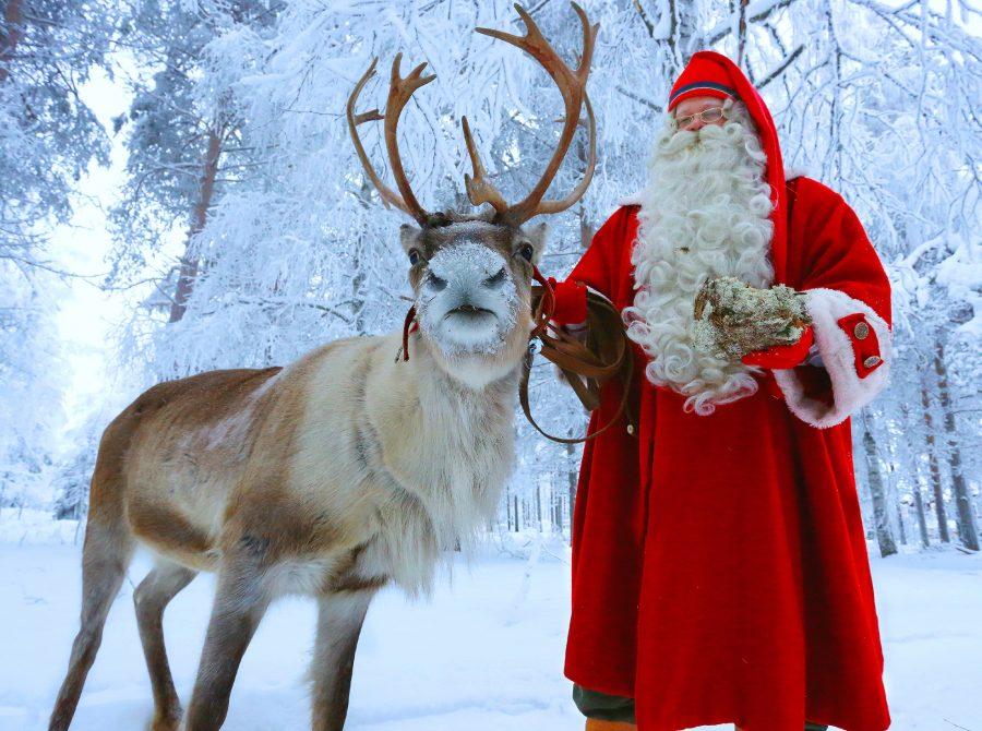 Santa-Claus-vising-Santa-Claus-Reinder-Resort-900x670.jpg