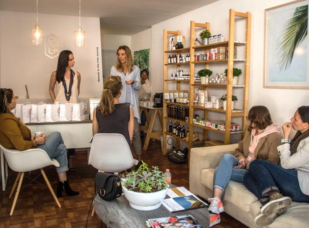 María De Sayve y Michelle Mettey durante el evento de Summit Store y True Beauty junto con sus invitadas.