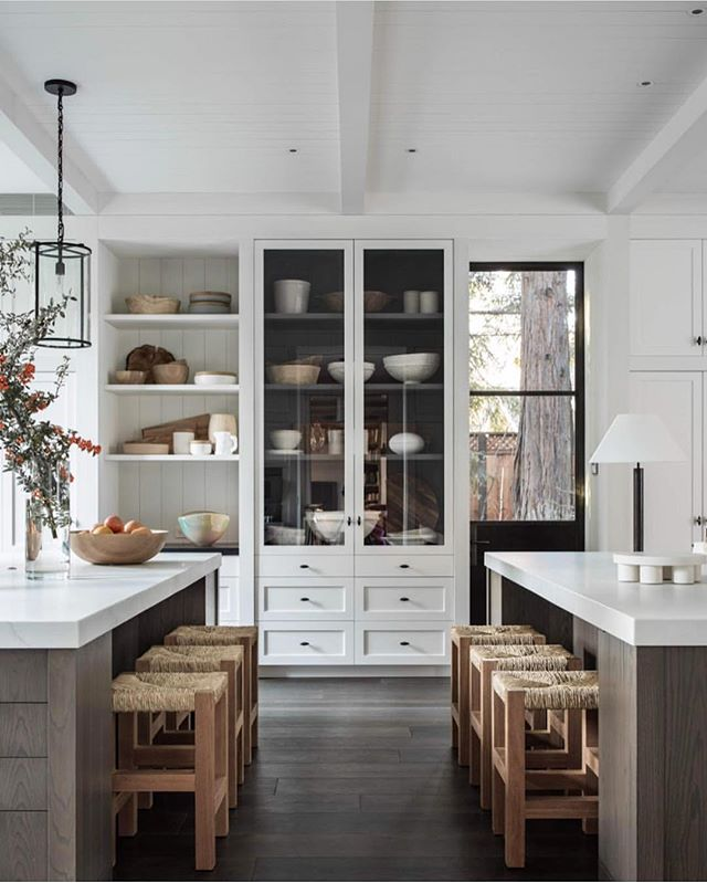 They say two is better than one. So tell me, are you in love with this two kitchen islands trend? Tell me your thoughts + let's chat about how amazing this kitchen design is below! Via: @m.elle.design #amesinteriorsfeature