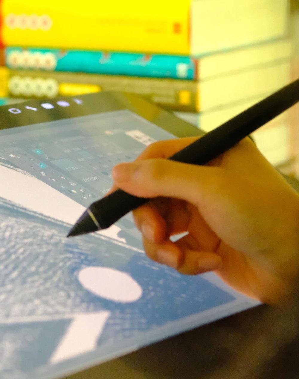 MANZEMI 4ヶ月でデビュー作を描く - 4ヶ月でデビュー作を描くことを目的としたマンガ講座。背景や建物の描き方を学ぶ「背景作画コース」と、ネームの描き方やストーリーについて学ぶ「ネーム講座」。