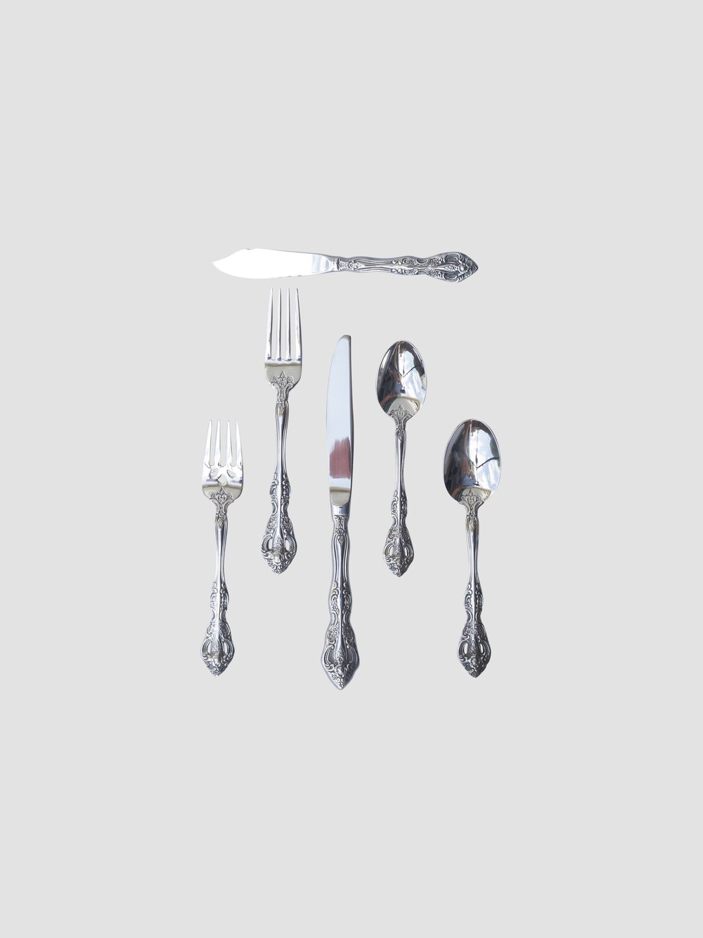 Butter Knife    Salad/Dessert Fork    Dinner Fork    Dinner Knife    Teaspoon    Dinner Spoon      *Additional course pieces available upon request