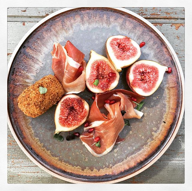 Ohhh love shooting on these pretty plates for @tomkinaustralia today. Styling & photography by moi. @brandeem