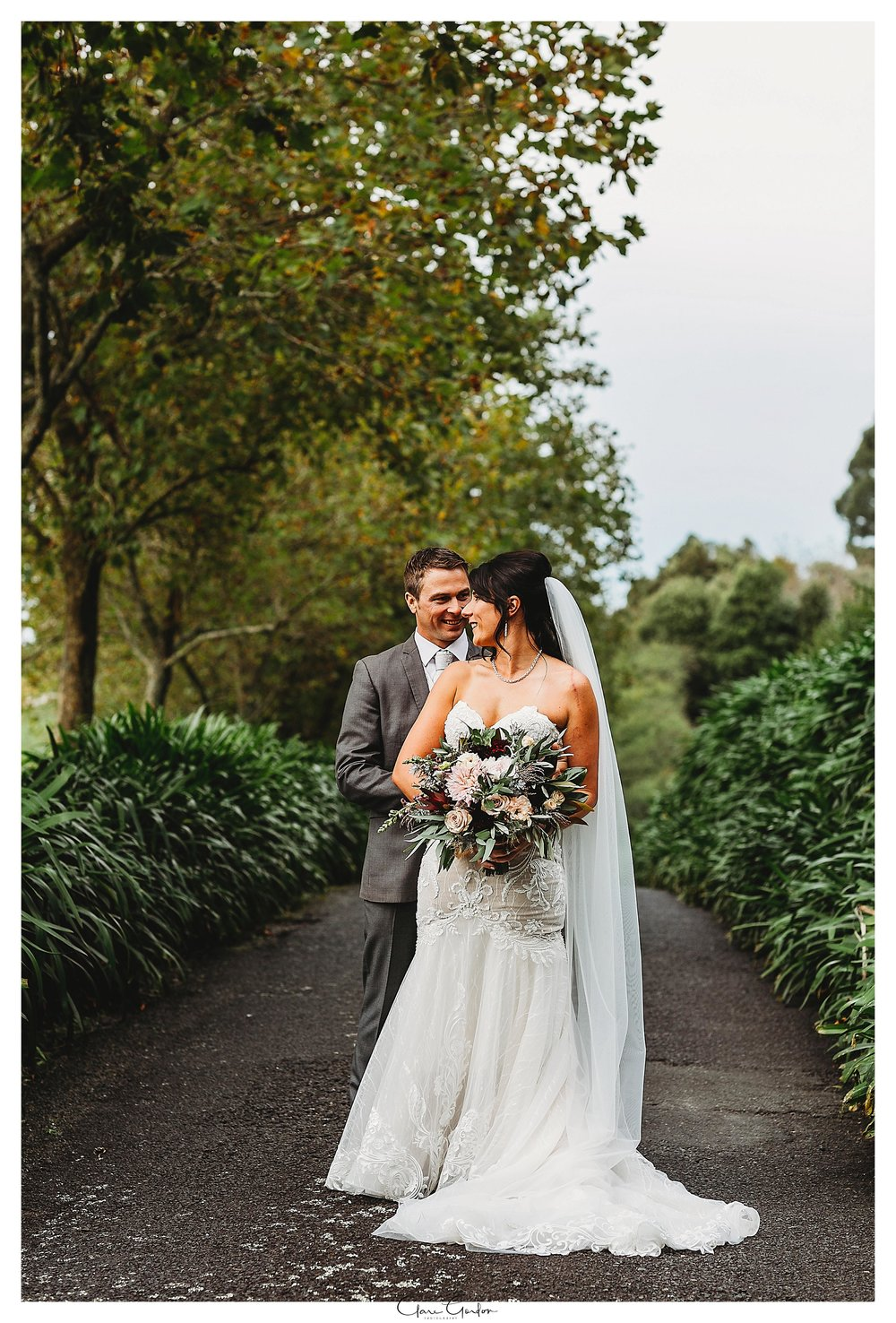 Eagle-ridge-wedding-photo-bride-and-groom-on-driveway-hugging