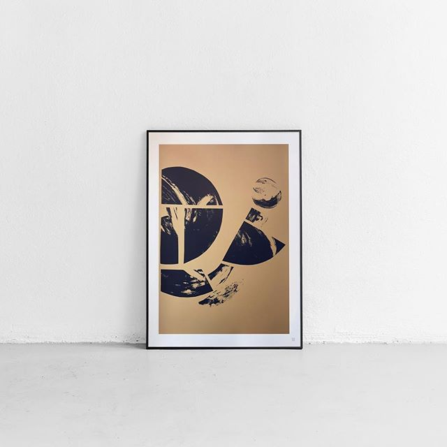 Meet with the Constellation piece created by Anna Schwitzer. It's an abstract artwork from Avant-garde collection. As always, all prints are made in limited series, only 50 pieces. This collection of three art prints is printed by serigraphy and thanks to that you can enjoy true gold on your wall. #artylist #artprint #artprints #artwork🎨 #serigraphy #limitededitionprint #arty #obrazy #gallerywall #abstractart #abstractartprints #artcollection