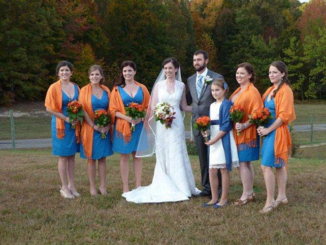 Mais um exemplo de cores vibrantes que combinam com o buque das madrinhas e adicionam cores e alegria em sua cerimonia de casamento